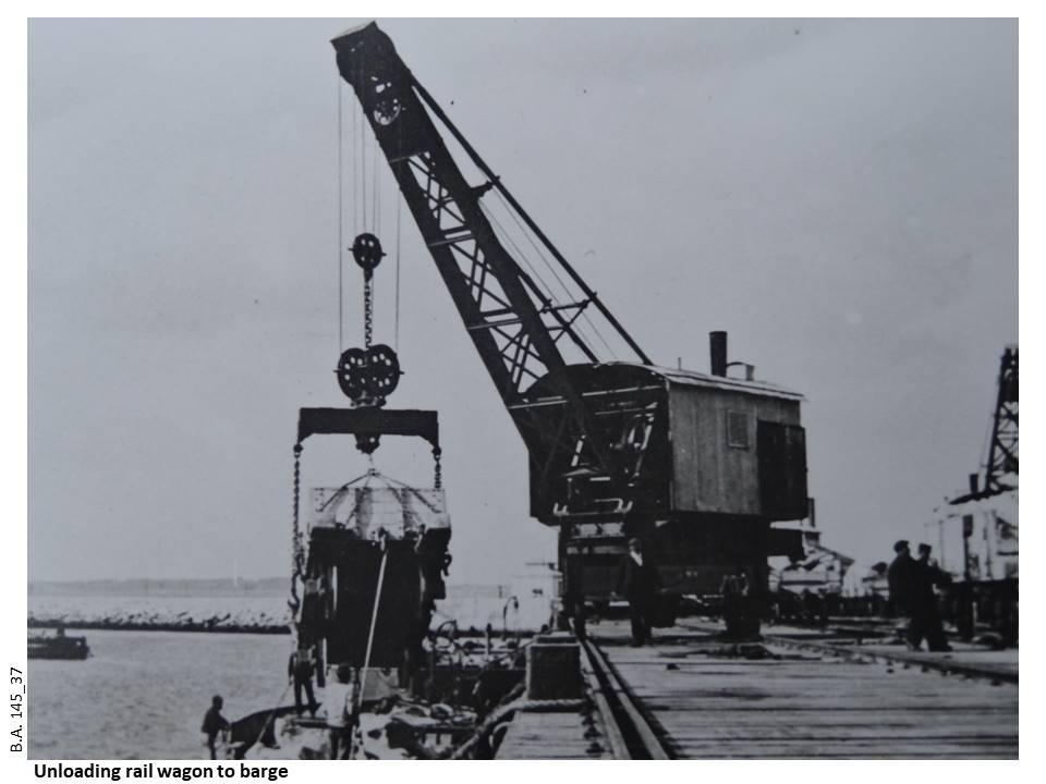 145_37-Unloading_rail_wagon_to_barge